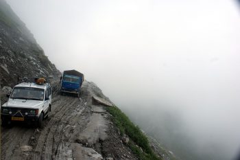 La piste du tunnel de Rohtang. Gare à la chute!